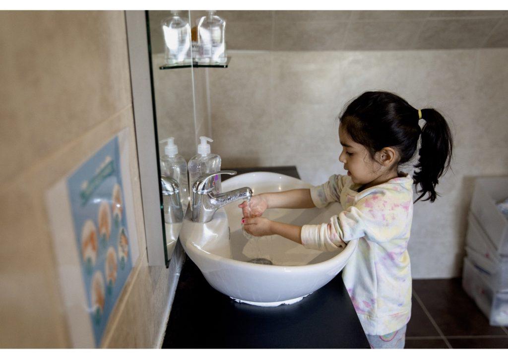 2C5A7673 Kyla washing hands