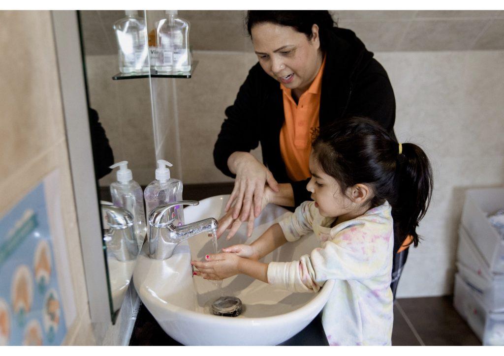 2C5A7683 Teaching washing hands